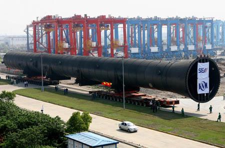 5月4日,巨龙般的化工塔正缓缓驶入港区