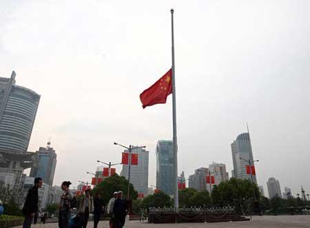 上海人民广场下半旗纪念遇难同胞