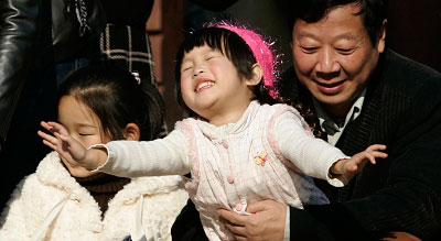 这几日天气晴好,市民们纷纷抱着宝宝出来晒太阳。早报记者