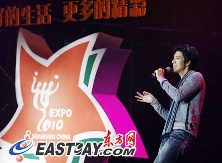 著名偶像歌手王力宏现场演唱一曲《改变自己》