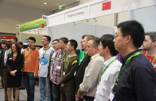 大赛主办方和组委会专家与清华大学师生合影留念