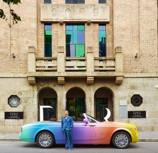 艺术家还延伸了这一创意,将一辆劳斯莱斯幻影软顶敞篷车涂成彩虹主题颜色。这辆引人注目的劳斯莱斯敞篷车将在上海各地驰骋,宣传这次展览。   劳斯莱斯汽车全球企业传讯总监Richard Carter表示:乌戈•罗迪纳发扬了劳斯莱斯汽车的定制风格,打造出一辆彩虹色的劳斯莱斯幻影软顶敞篷车,以此纪念他在中国备受推崇的首个展览。能与这样一位备受尊敬的艺术家合作是我们的荣幸,期待能于罗迪纳在上海各地宣传过程中见识他的诙谐特质。   他继续表示:我们与上海外滩美术馆的合作体现了我们对当代技术的支持。这