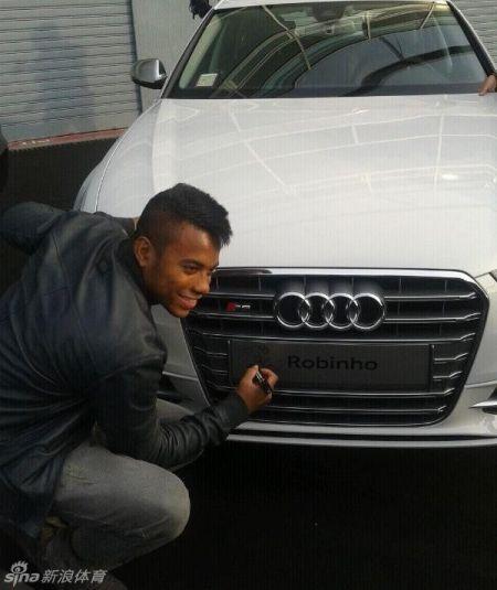 罗比尼奥为本人的新车奥迪S6Avant署名