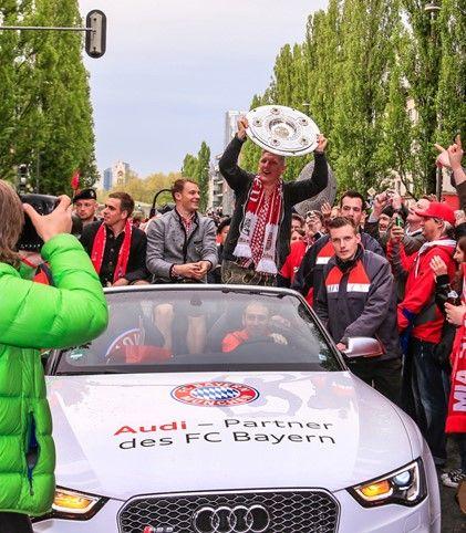 拉姆、诺伊尔、施魏因斯泰格乘坐奥迪RS 5 庆贺拜仁夺得2012/13赛季德甲冠军